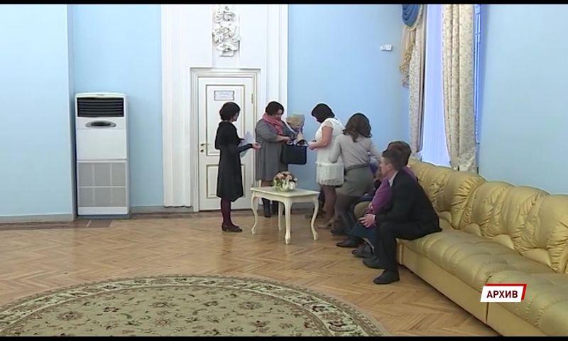 В ярославском Дворце бракосочетаний из-за коронавируса перенесли больше двух сотен свадеб