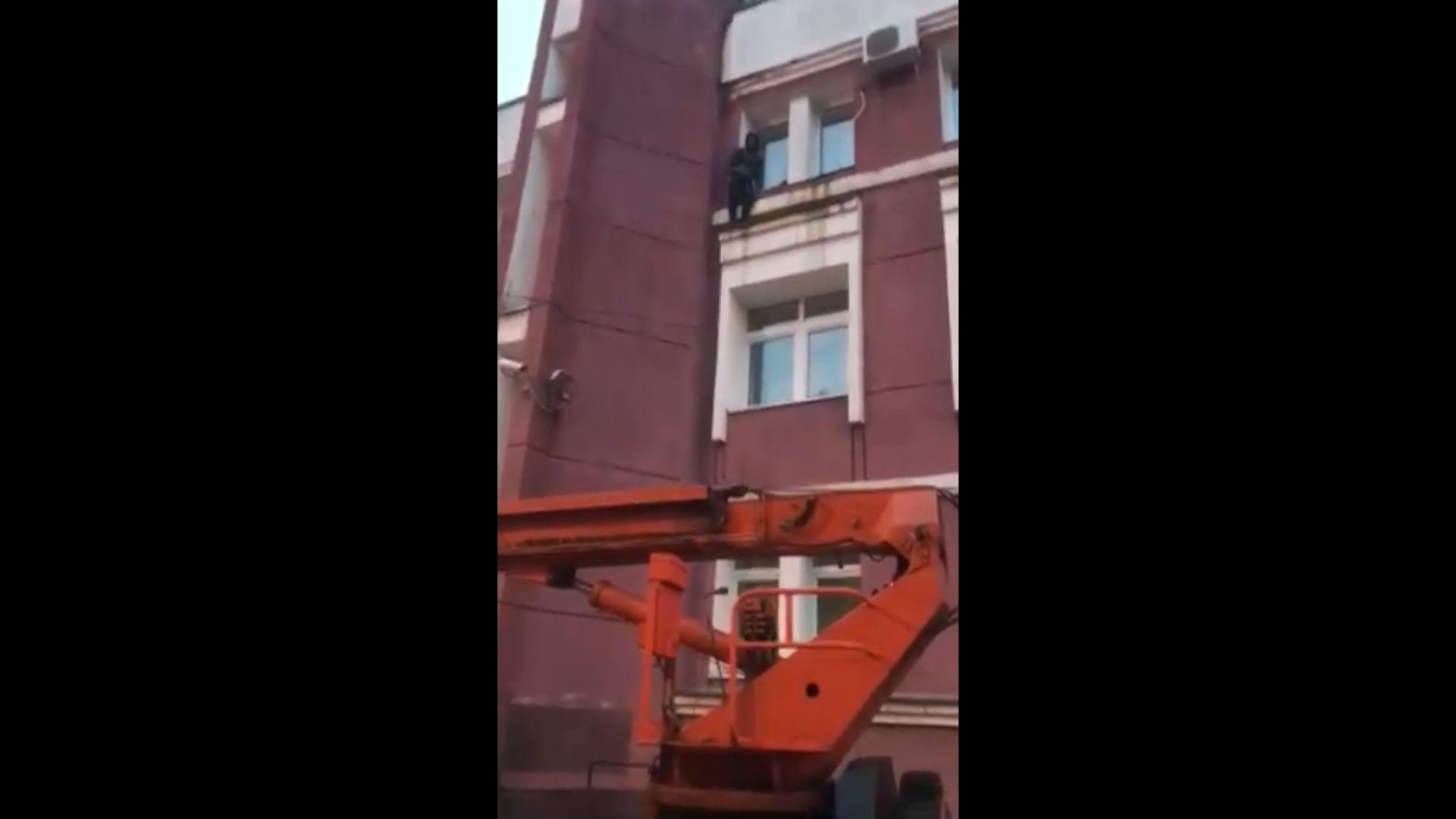 В центре Ярославля спасатели сняли со стены здания паркурщика: видео