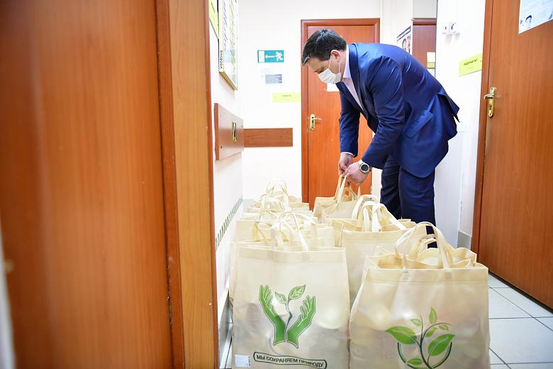 В Ярославле одиноким пенсионерам волонтеры передали продуктовые наборы