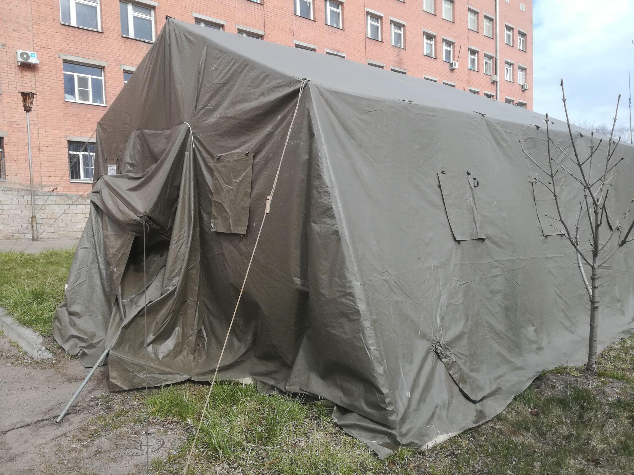 Палатку для дезинфекции одежды работников скорой помощи установили у госпиталя ветеранов войн в Ярославле