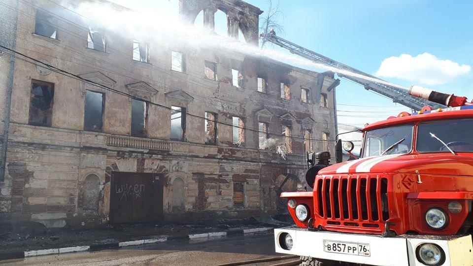 Тушили огонь 16 часов: в Ярославской области сгорело здание бывшего театра
