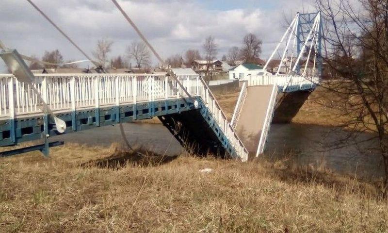 Пролеты моста через Устье в Ярославской области обрушились из-за штормового ветра