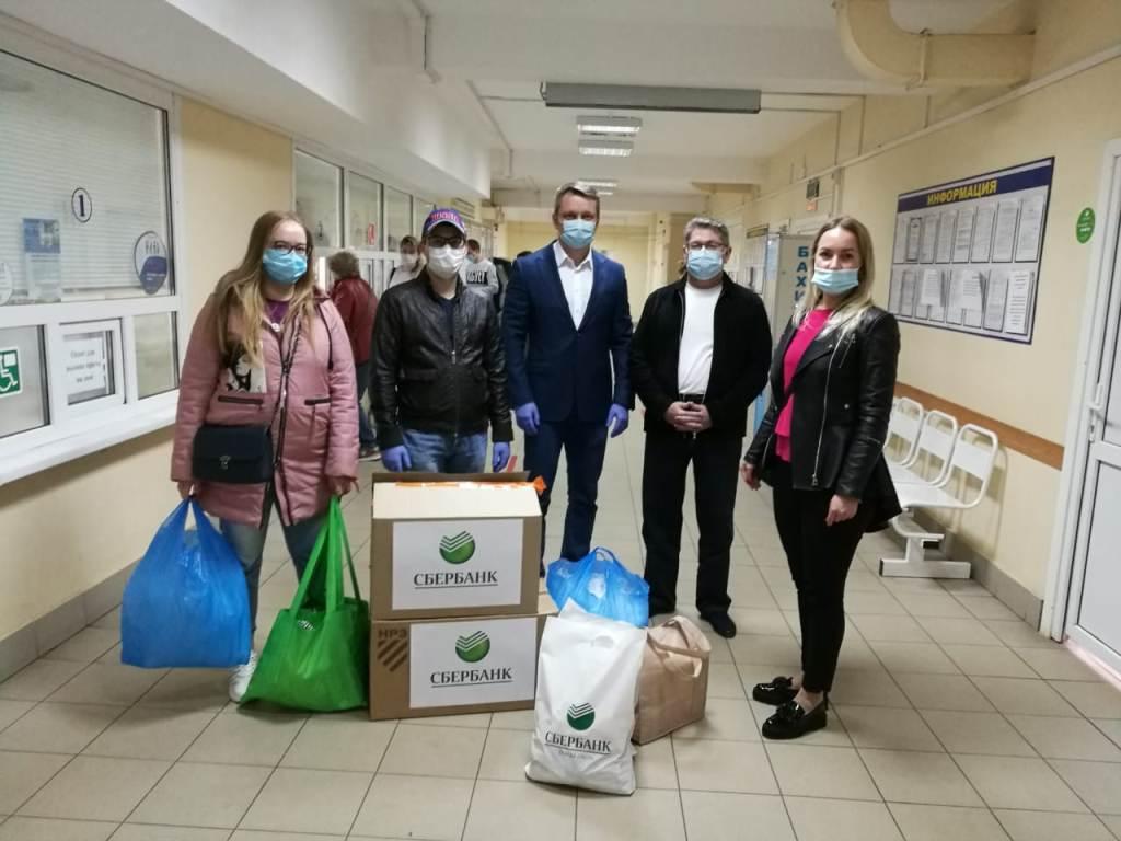 Сотрудники Сбербанка на личные средства закупили средства защиты для медиков Ярославля и Рыбинска