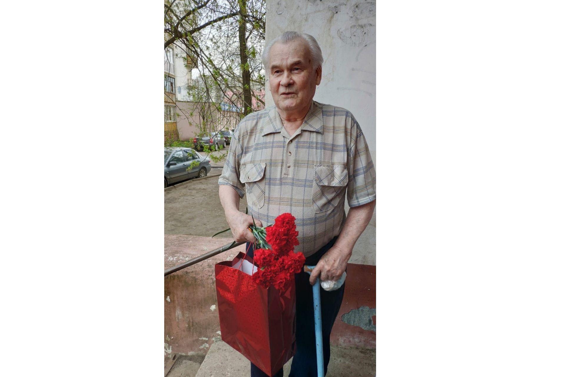 Ярославские волонтеры поздравили ветерана Великой Отечественной войны с наступающим Днем Победы