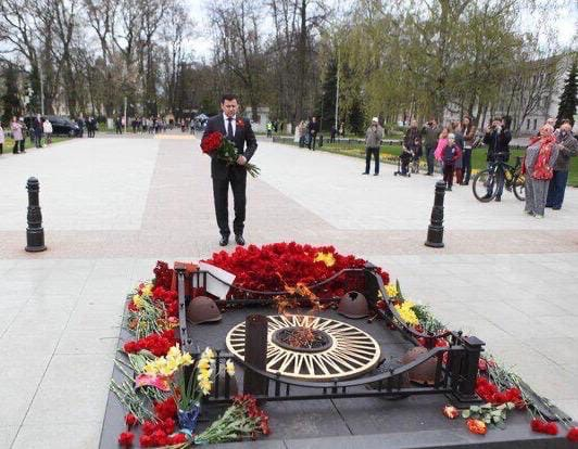 Губернатор Дмитрий Миронов в День Победы возложил цветы к Вечному огню