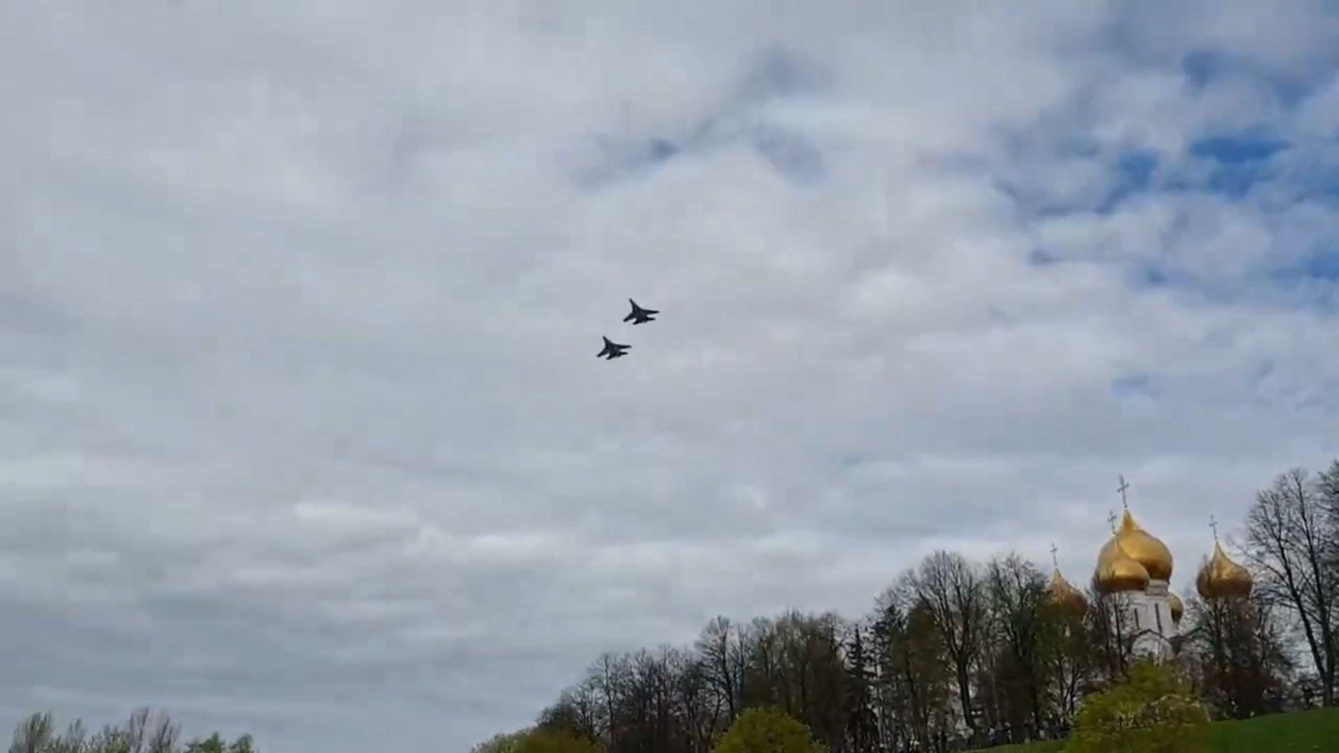 В День Победы над Ярославлем пролетели военные самолеты: видео