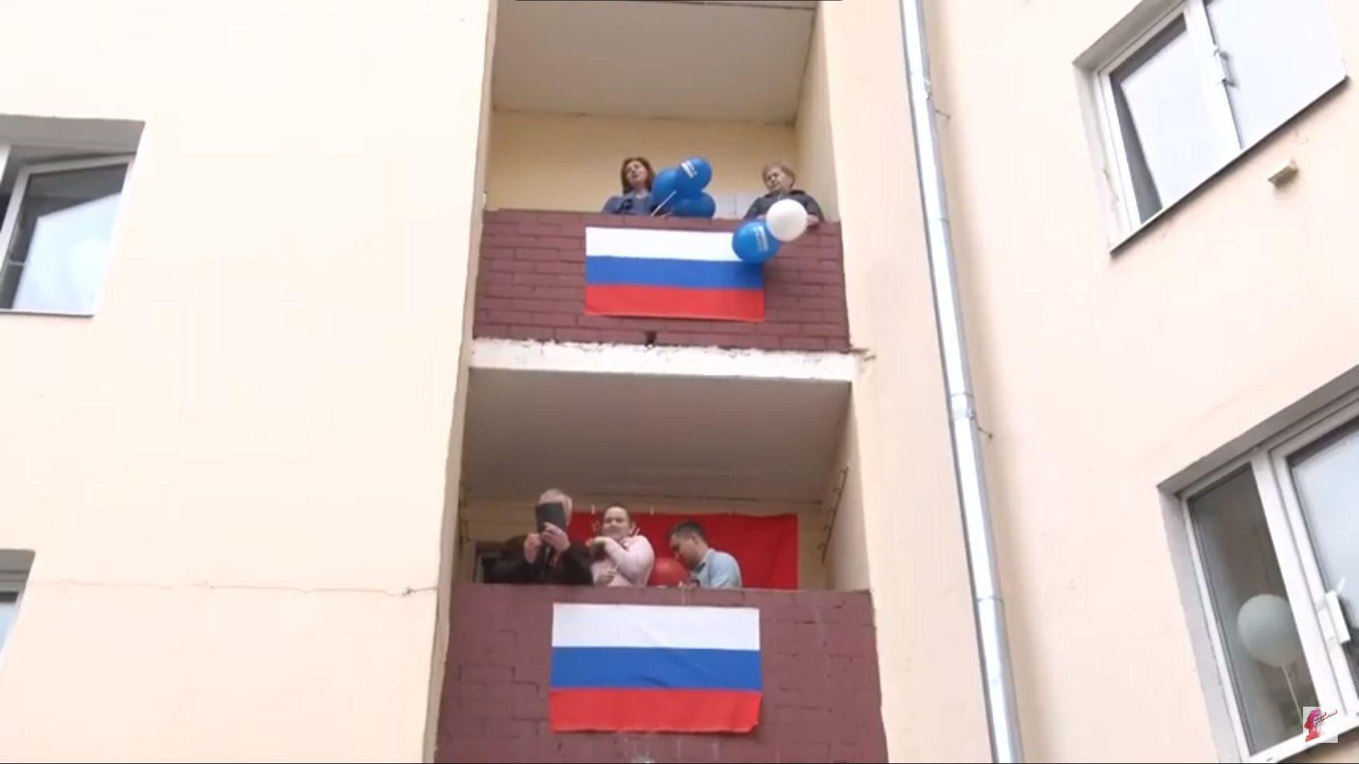 Ярославцы с балконов и у окон спели песни военных лет