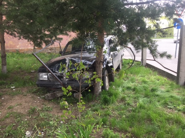 В Рыбинске «Волга» врезалась в дерево: пострадал водитель