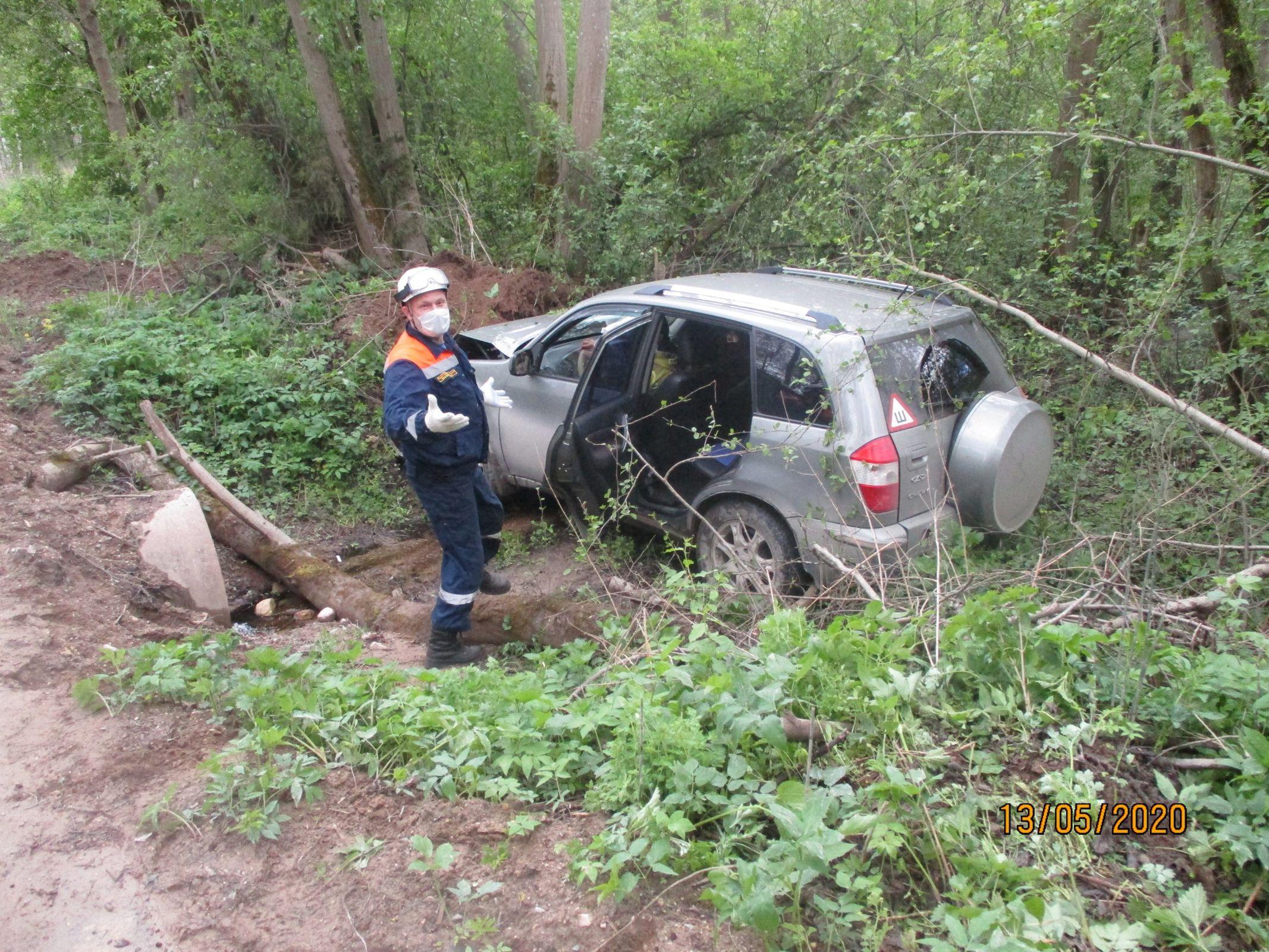 В Ярославской области внедорожник вылетел в кювет: двое пострадавших