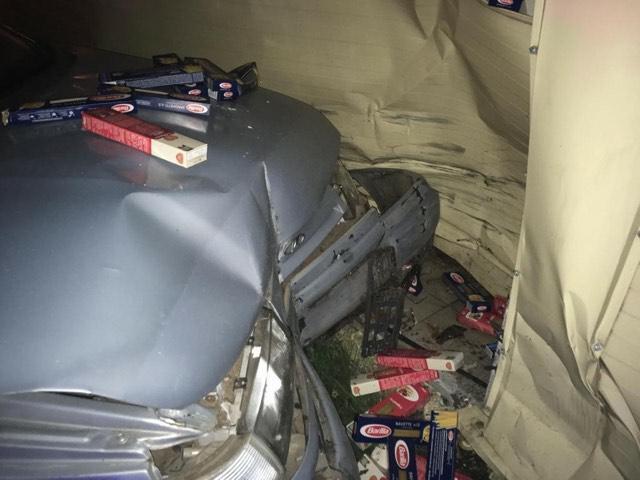 В Ярославле водитель на машине без номеров пробил стену магазина и убежал