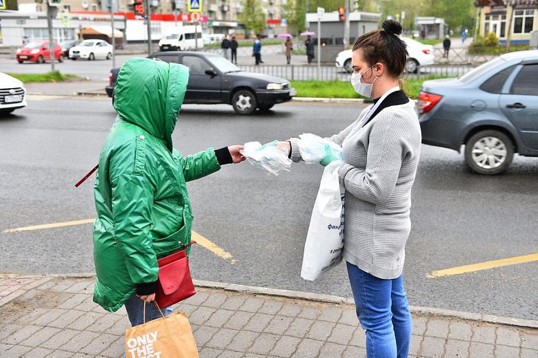 В Ярославле волонтеры на остановках бесплатно раздали медицинские маски