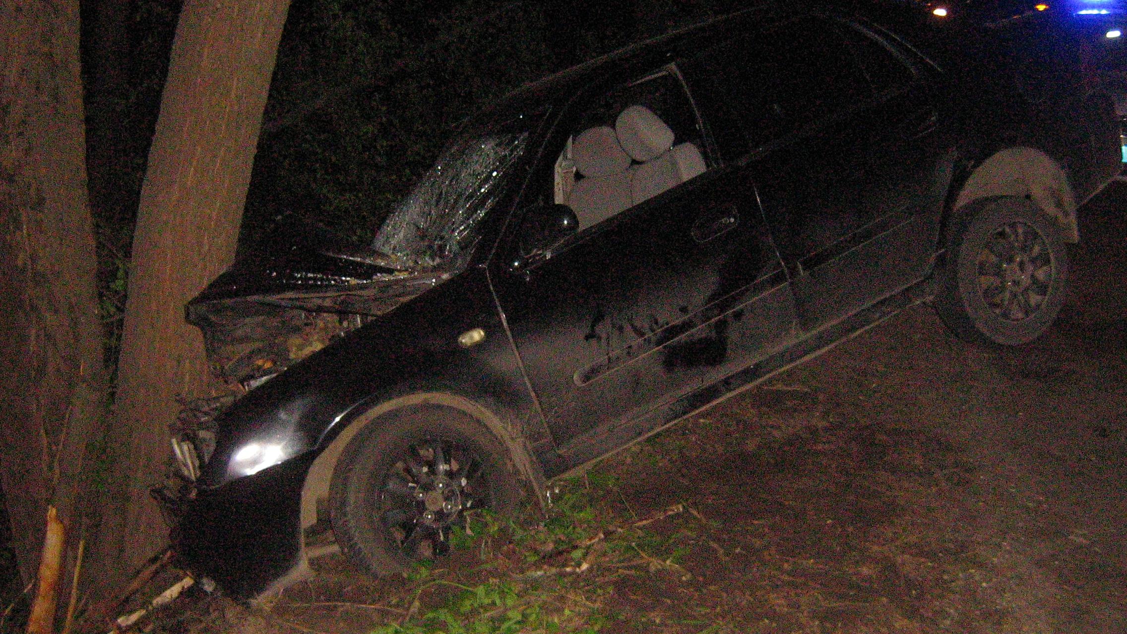 На трассе в Ярославской области иномарка врезалась в дерево: водитель ранен