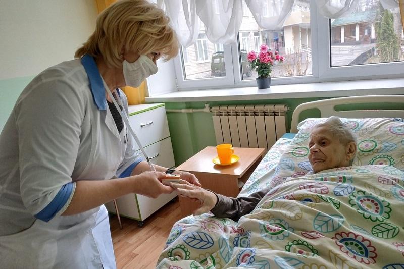 Дополнительные выплаты получат работники учреждений стационарного социального обслуживания