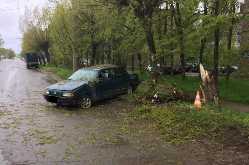 В Рыбинске водитель без прав врезался в дерево: погиб пассажир