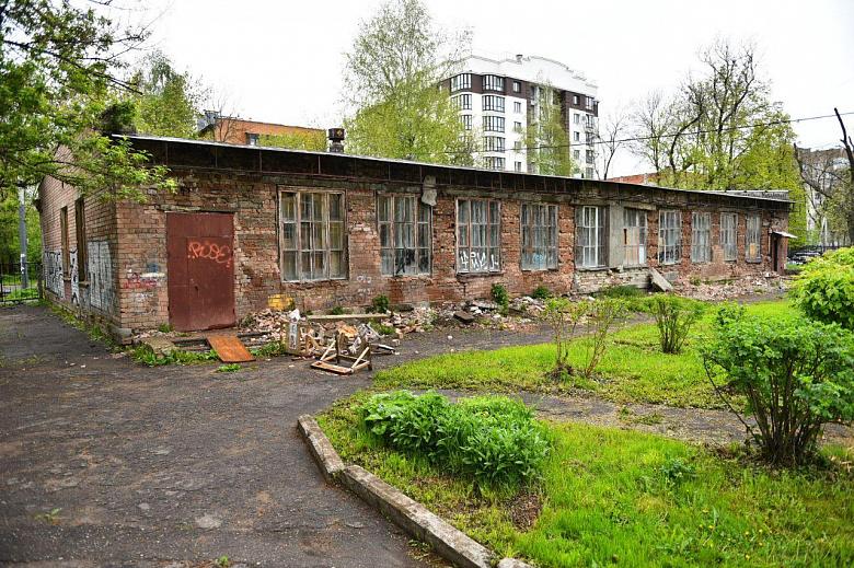 В центре Ярославля снесут опасное здание школьных мастерских