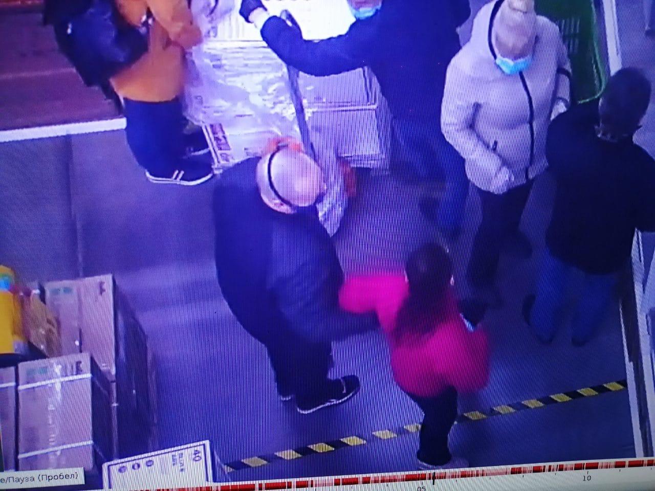 В ярославском магазине покупатель напал на женщину за то, что она опустила маску
