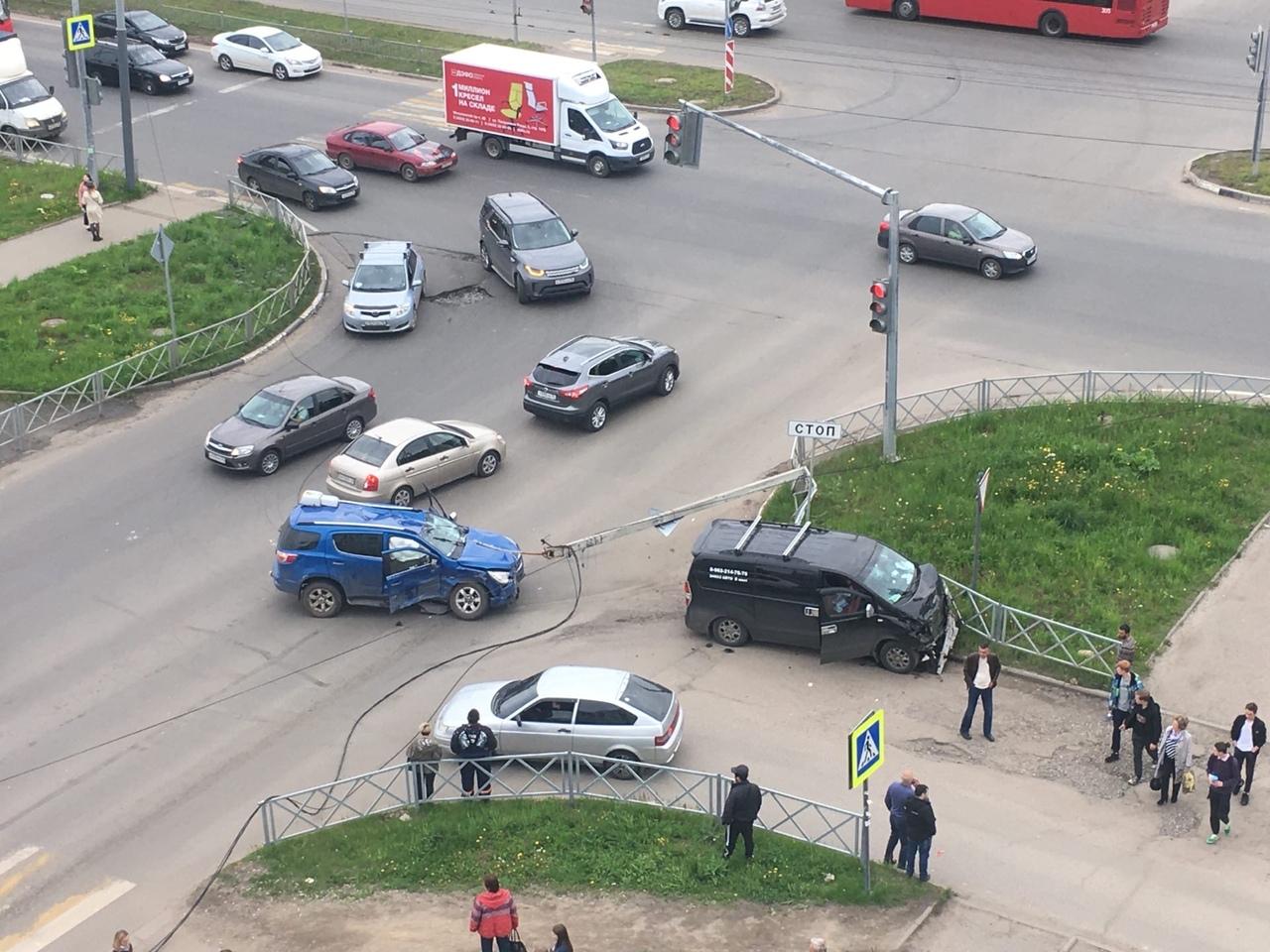 В Ярославле внедорожник снес столб после столкновения с микроавтобусом: видео