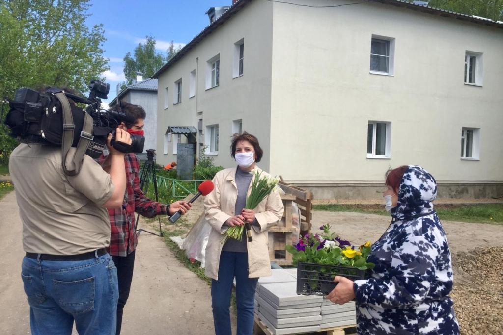 Сотрудники фонда капитального ремонта поздравили жителей села Спас-Виталий с Днем соседей