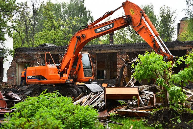 В центре Ярославля приступили к сносу опасного здания школьных мастерских