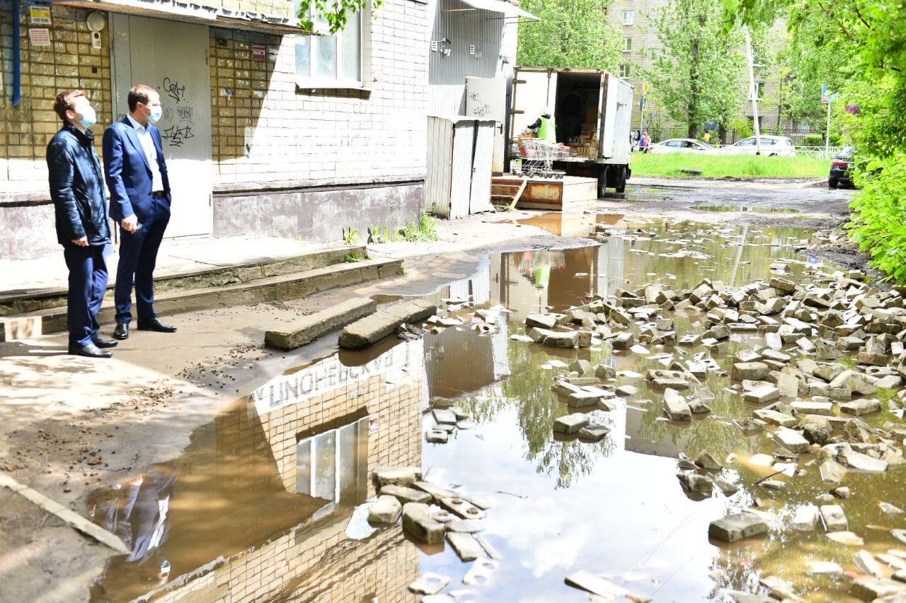 В Ярославле попытка саморемонта сделала двор непроездным