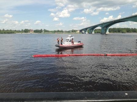 В Ярославле после сообщения в соцсетях начали ликвидацию разлива нефтепродуктов у Октябрьского моста