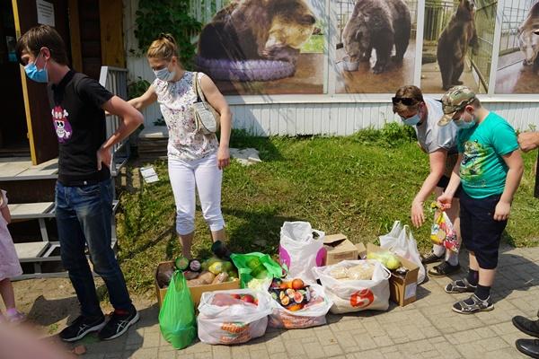 Депутаты в Ярославле пришли с гостинцами к медведице Маше
