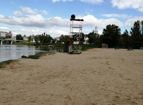 Черные шары на волжской воде. Какие опасности ждут ярославцев на пляжах