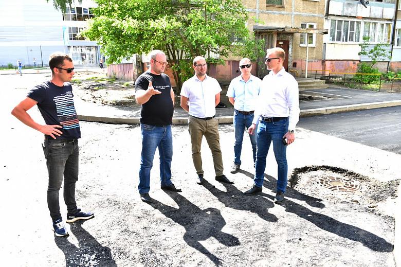 После замечаний ярославцев в соцсетях о работах в дождь на улицу Туманова выехала комиссия с проверкой