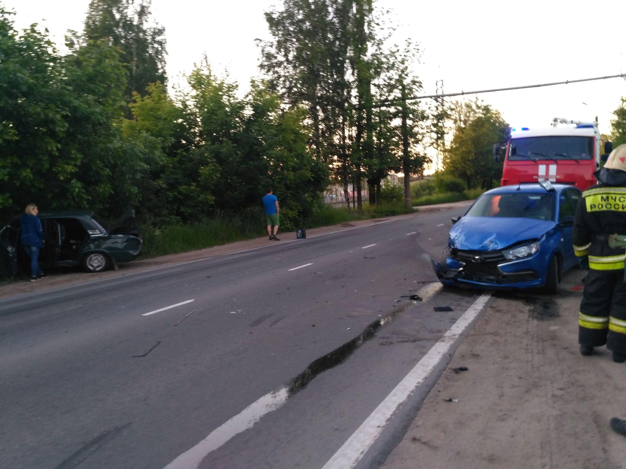 На улице Гагарина в Ярославле при столкновении двух ВАЗов пострадал мужчина