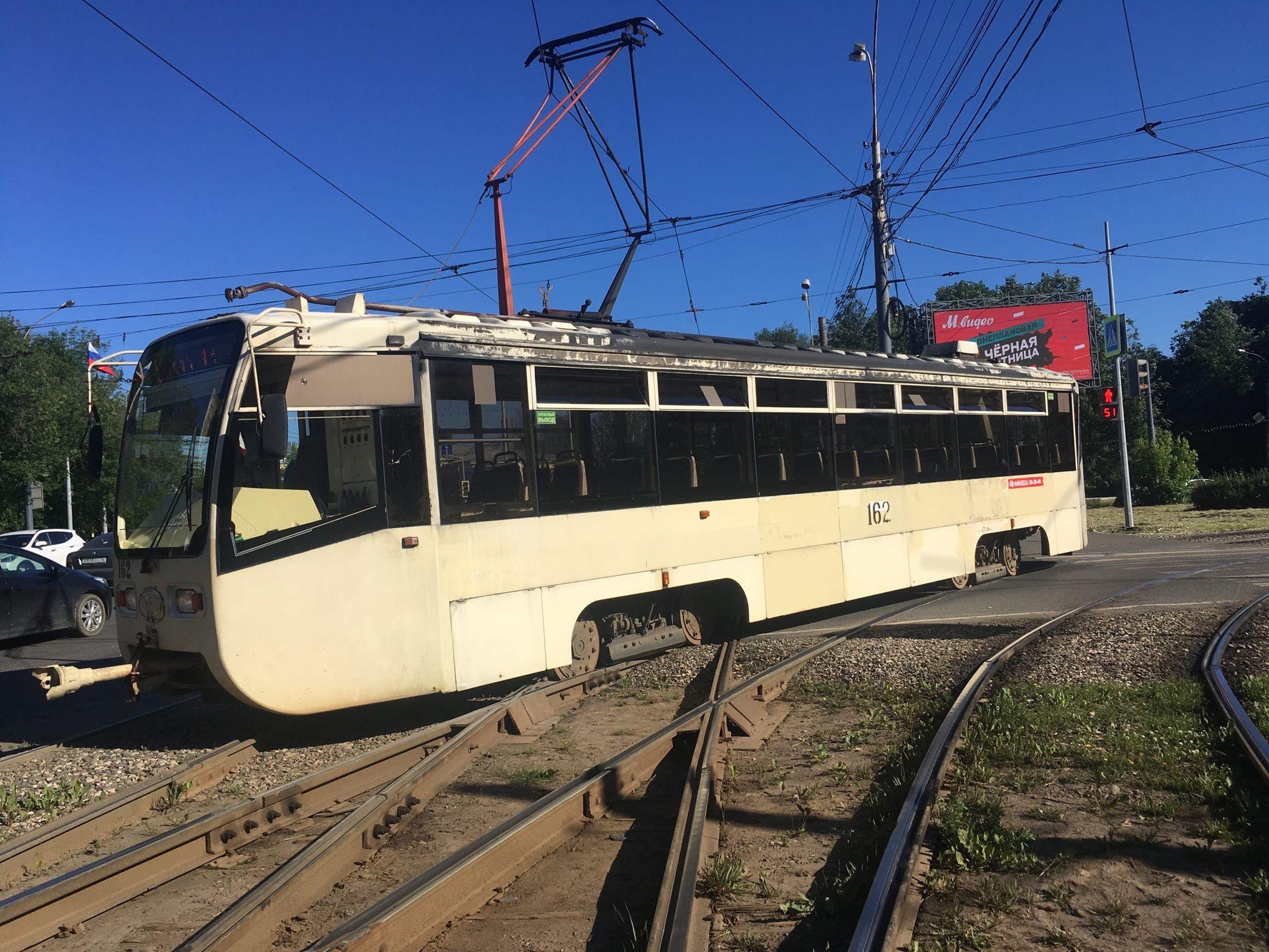 В Ярославле у Юбилейного парка с рельсов сошел трамвай