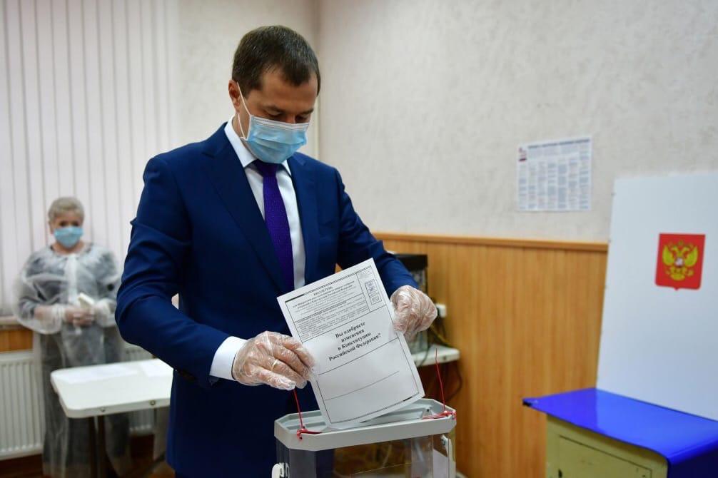 Мэр Ярославля принял участие в голосовании по поправкам в Конституцию и проверил работу участка