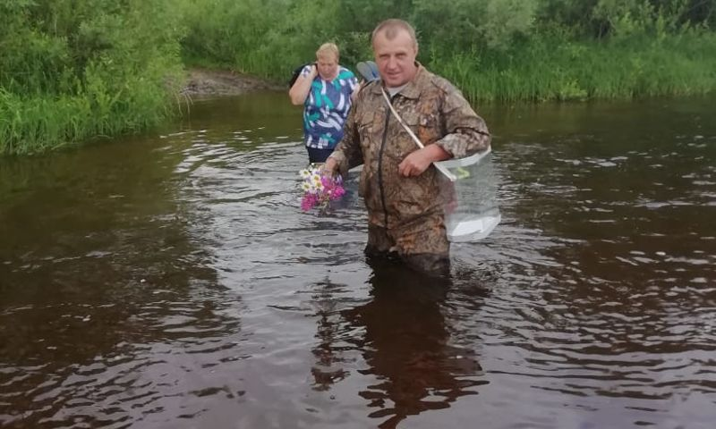 В Даниловском районе сотрудники УИКа преодолевают реку вброд, чтобы добраться к избирателям