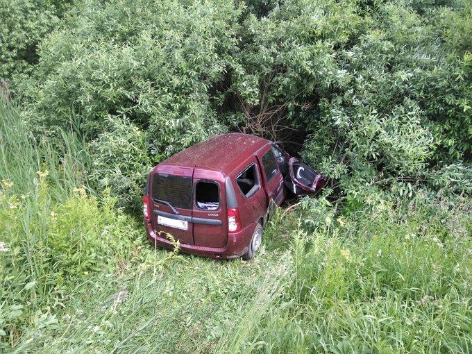 В Ярославской области в кювет перевернулась легковушка: пострадал водитель