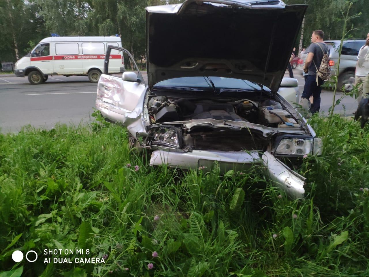 В Ярославской области водитель иномарки протаранил припаркованные автомобили