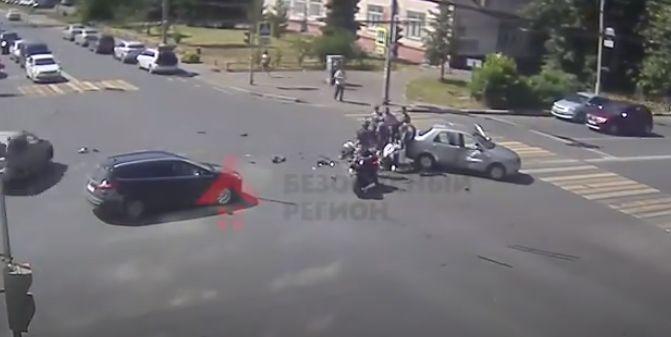 В сети появилось видео ДТП с мотоциклом в центре Ярославля