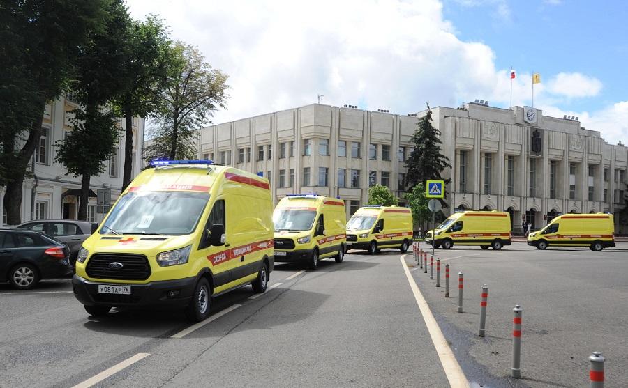 Дмитрий Миронов передал учреждениям области новые машины скорой помощи и школьные автобусы