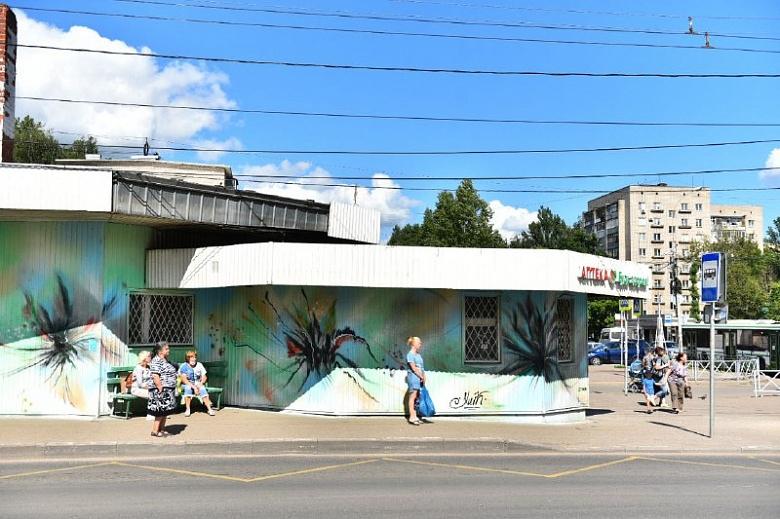 Уличные художники украсили здание и остановку в Дзержинском районе Ярославля