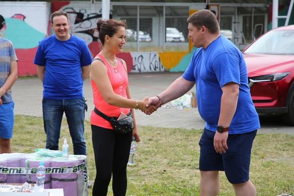 Волонтеры и спортсмены устроили субботник на улице Подзеленье