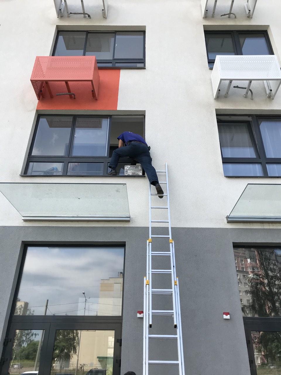 Спасатели пришли на помощь матери, которую дочь заперла на балконе