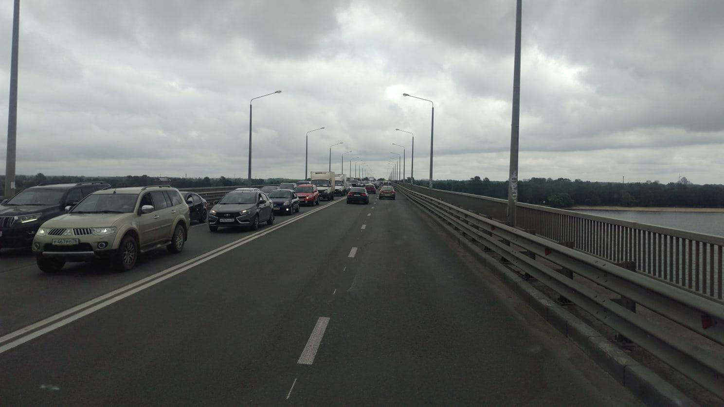 ДТП на Октябрьском мосту в Ярославле спровоцировало огромную пробку за Волгой