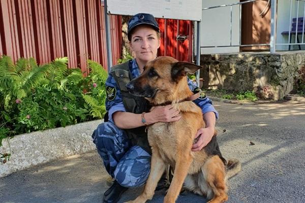 Кинолог рыбинского следственного изолятора со своей собакой помогли найти пропавшую пенсионерку
