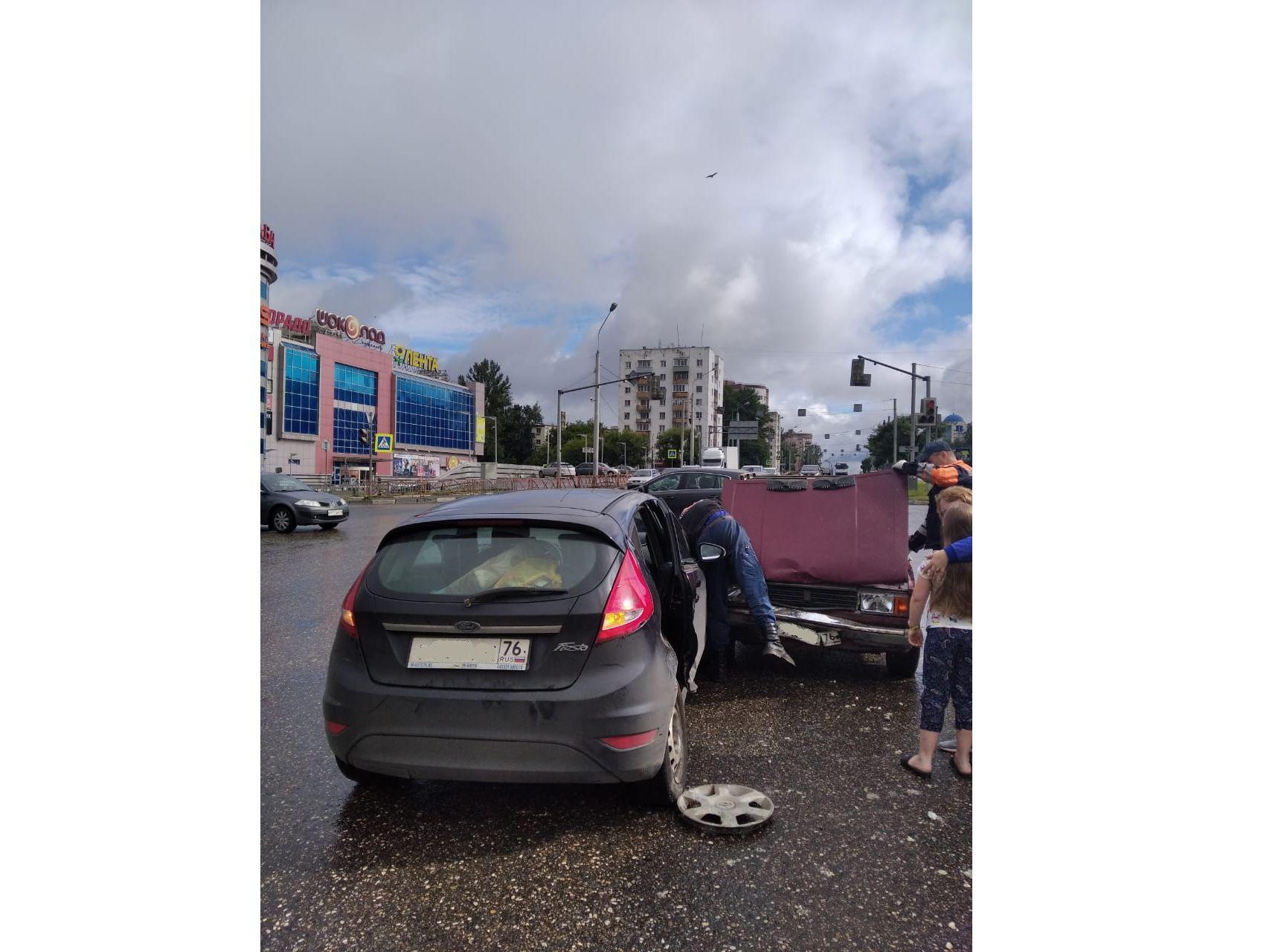 При столкновении легковых автомобилей на Московском проспекте в Ярославле пострадала девочка
