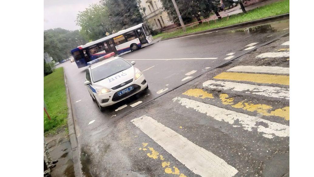 В Ярославле разворачивали общественный транспорт из-за «гранаты» у здания приставов