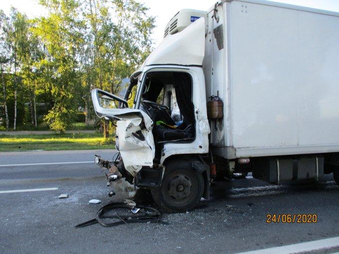 Грузовик протаранил «Газель» на трассе в Ярославской области: пострадал водитель