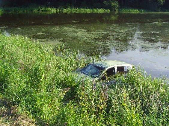 В Ярославской области молодая девушка на иномарке съехала в водоем