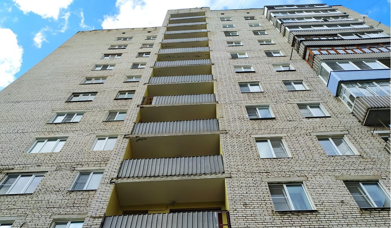 В Рыбинске женщина упала с балкона и погибла