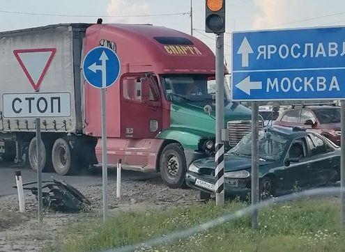 В ДТП с фурой под Ярославлем пострадали мужчина и маленький ребенок