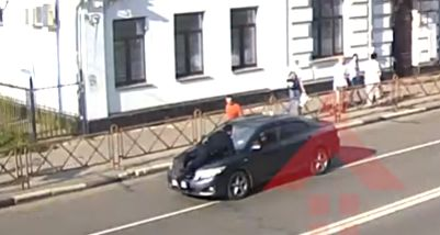 В центре Ярославля должник провез на капоте судебного пристава: видео