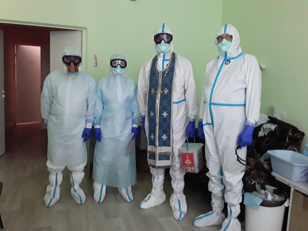 Батюшки в «красной зоне». В ярославских клиниках для лечения пациентов с коронавирусом трудились священнослужители