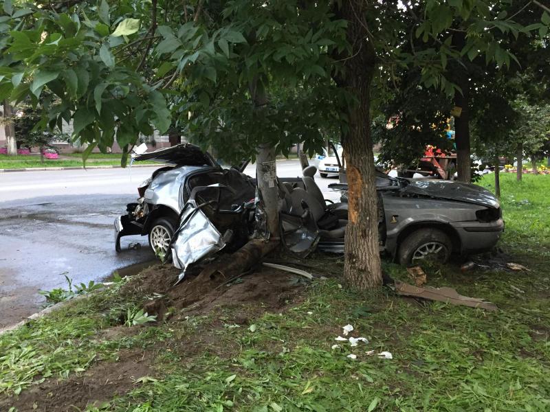 Пьяный парень на иномарке врезался в столб в центре Ярославля: погибла девушка, трое пострадали